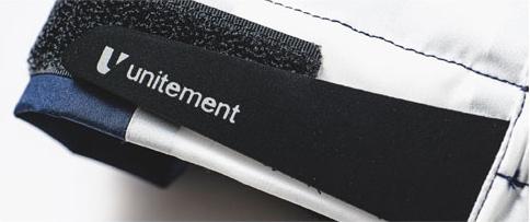 ロゴが刻印されている袖周りのベルクロアジャスター